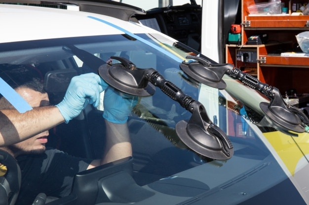 suction-lifters-windshield-change-windscreen-autoglass-etalon